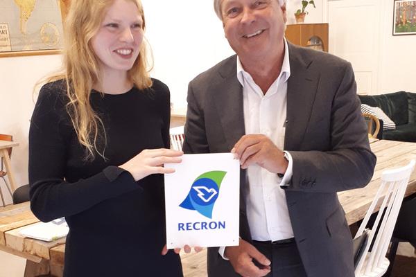 Nieuw RECRON-lid ontvangt schildje en vlag van Cees Slager