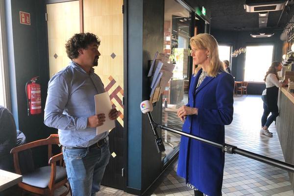 Jong RECRON biedt Mona Keijzer rapport over effecten corona-crisis aan